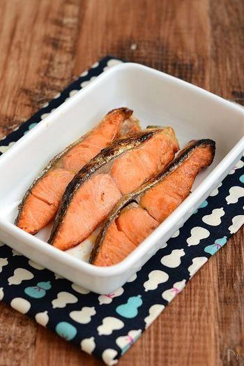 お弁当に焼いた塩鮭も定番ですね。お弁当にお魚を入れるにあたって、気になるのが魚独特の臭み。焼く前にほんのひと手間かけることで、臭みも減って旨みがUP。ふっくら美味しく仕上がります。