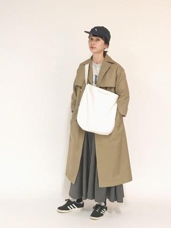 ギャバ素材のロングスカートは、ギャザーたっぷりのボリューム感を活かしながらも、ロングトレンチコートでスッキリと着こなしています。