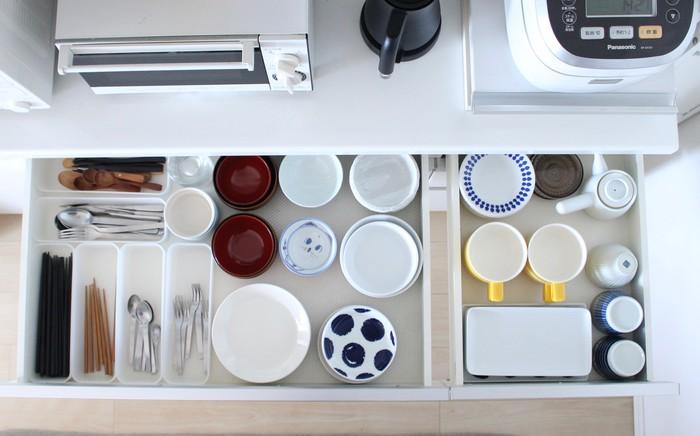 """毎日使う食器類の定位置も、""""動線""""や""""取り出しやすさ""""を意識すると、使い勝手がぐっと良くなります。普段食器棚に収納されている方も多いと思いますが、「お皿を取り出しにくい…」とお悩みの方は、「引き出し収納」に変えてみませんか?特に使用頻度の高い食器類は、キッチンボードの引き出しを定位置にすると、出し入れしやすく見た目もすっきり収納できますよ。"""