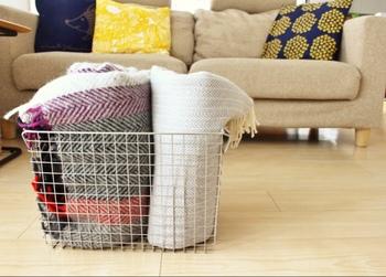 ふわふわ暖かいブランケットは、足元が冷える冬の必需品。使わない時は畳んでソファに置いている方も多いと思いますが、ブランケットの定位置を作ることで、お部屋の印象がさらにスッキリなりますよ。