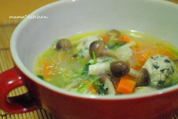 餃子の具を肉団子状にまとめて、スープの具にしたレシピです。肉団子からも味が染み出て、味わいのあるスープになります。野菜や春雨と煮込むだけなので、もう一品欲しい時にささっと作って食卓に乗せましょう。