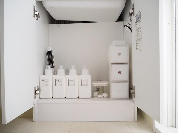 """洗面台下の収納スペースに日用品のストック類や、お掃除に使う洗剤などを収納している方も多いと思います。スペースによって収納方法も異なりますが、たとえば観音開きの洗面台下の場合には、「左・右のエリア」に分けて物の定位置を決めると◎。""""片方の扉を開けるだけで物を取り出せる""""収納にしておくと、使い勝手がぐっと良くなりますよ。"""