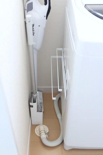 浴室のお掃除に使うスポンジやブラシなど。それぞれの収納場所は決まっていても、乾かす場所がなくて困っていませんか?濡れた状態では扉の中にしまうこともできず、出しっぱなしでは見た目がイマイチ…。そんな悩みがちなお掃除グッズですが、Dacks HOMEさんのお家では壁と洗濯機の隙間を有効活用して、スポンジやブラシを乾かすための専用スペースを作っています。