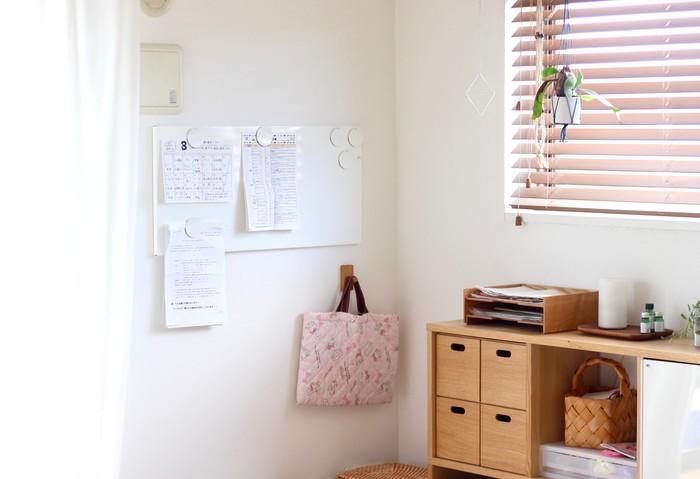 お子さんの学校からのスケジュールや給食のプリント。見やすいように冷蔵庫に貼っている方も多いと思いますが、いつの間にか扉がプリントだらけになっていませんか?そんな時はボードを活用して、お部屋の一角に「プリントコーナー」を作ると管理しやすくなります。