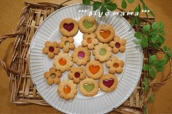今日は、バレンタインなどのお配りお菓子やプチギフトにも喜ばれるステンドグラスクッキーの作り方をご紹介します♪