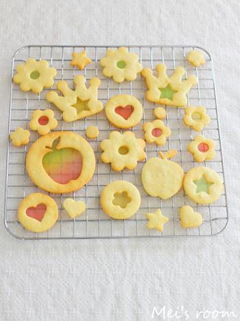 クッキー生地に抜型などで穴を開けて、砕いたキャンディを入れて焼くと、美しく透き通るステンドグラスのようなクッキーができあがります。