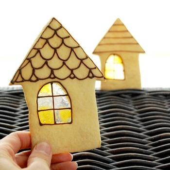 こちらはステンドグラス部分を窓ガラスに見立てたおうち型クッキー。チョコで窓枠と屋根がペイントされています。
