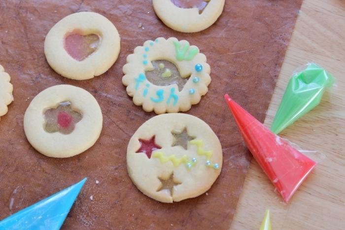 ステンドグラスやクッキーの部分にアイシングやデコペンで絵を描いたり、メッセージなどを入れるのもお手製らしくていいですね。プレゼントにもぜひおすすめ。