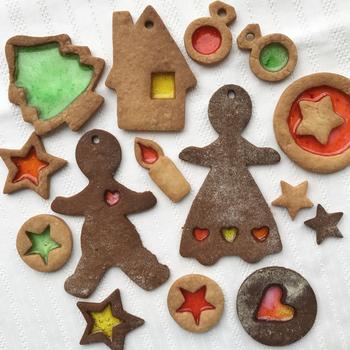 ステンドグラスクッキーをツリーのオーナメントにするのもおすすめ!お日様が当たる昼間と、照明が当たる夜とでは、違った輝きを見せてくれるのも素敵。手作りのクリスマスにぜひ加えてみたいアイデアですね。