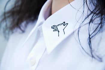 シャツの襟にさりげなく刺繍を施すのも素敵です。こちらは、面を埋めずに線のみで表現したモチーフ。黒糸一色でシンプルに仕上げています。