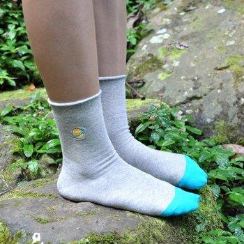 シンプルな靴下にワンポイント刺繍をプラス。あえて左右異なる図柄を刺繍してみるのも良いですね。