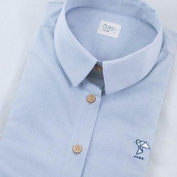 シンプルなシャツの胸元にワンポイント刺繍を。サテンステッチなどの面を埋めるステッチを用いれば、小さくても印象的な刺繍に仕上がります。シャツだけでなく、Tシャツやスウェットなどの胸元に刺繍をするのもおすすめですよ。