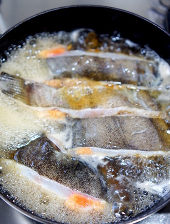 煮汁が冷えた状態で魚を加えると、魚の臭みが煮汁に流れ出してしまうため、しっかりと煮汁が煮立ってから魚を入れましょう。