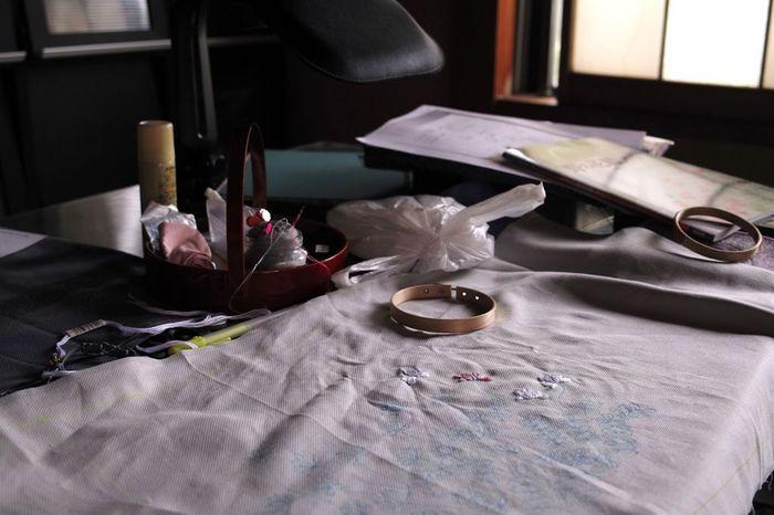 必要な材料・道具は、基本的に刺繍針と刺繍糸、布に下絵を描くためのチャコペンだけ。刺繍針には「フランス刺繍針」と「クロスステッチ針」がありますが、今回ご紹介する一般的な刺繍(ヨーロッパ刺繍)の場合は、フランス刺繍針を使用します。手芸用品店のほか、100円ショップなどでも購入できますよ。