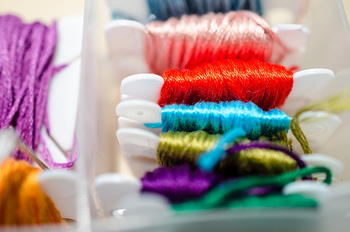 刺繍糸にはさまざまな種類がありますが、最も一般的なのは「25番」。6本の糸が束になっているので、好みの太さになるよう2~3本とって使用します。もちろん、6本全て使用して存在感のある線を描くのもOKです。