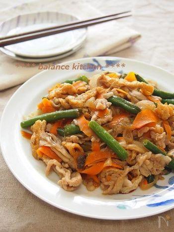生姜焼きに、調味料をたっぷり吸いこんだ豚肉の旨味が生きる野菜やきのこ、油揚げを加えたバリエーションです。丼にしても美味しいとのこと!
