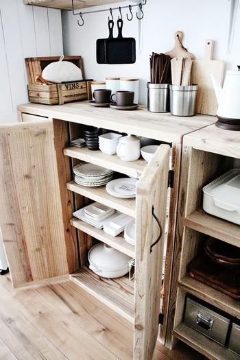 """「瀧本真奈美」さんの食器棚はロータイプ。扉つきの食器棚は、手前は""""使用頻度の高いモノ""""、奥は""""たまに使うモノ""""に分けて、使いやすく収納されています。"""