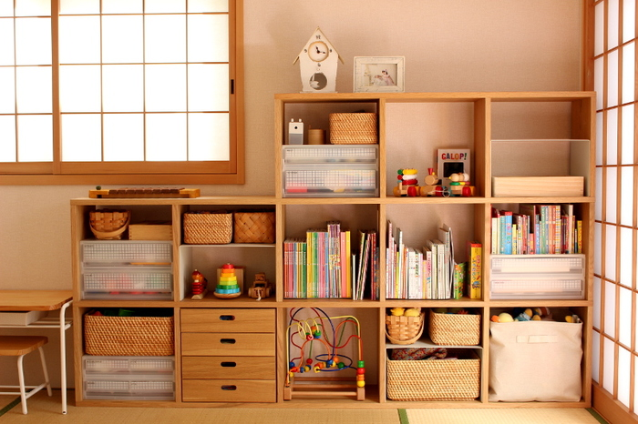 無印のスタッキングシェルフに、引出収納やプラスチックケース、カゴなどを使って収納すると、カラフルな子ども道具もスッキリまとまります。