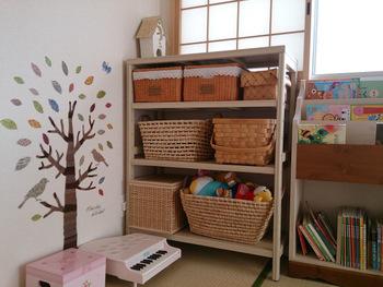 ユニットシェルフにカゴを組み合わせれば、ナチュラルで可愛らしい子ども部屋にぴったり。ごちゃごちゃしがちなおもちゃはカゴに入れることでスッキリ見えますね。