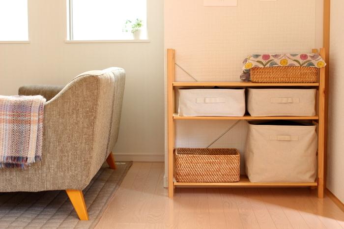 ナチュラル好きにはたまらない「無印良品」のパイン材ユニットシェルフ。すっきり収まる収納カゴの種類も豊富で、子供部屋を作るのにオススメの家具です。