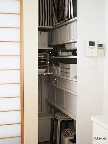 食材や調味料などストックする物の種類がたくさんあり、収納に手こずるパントリー。1畳ほどの小さなパントリーでもストックを厳選し、小さめボックスを使用することで美しい収納は可能です。