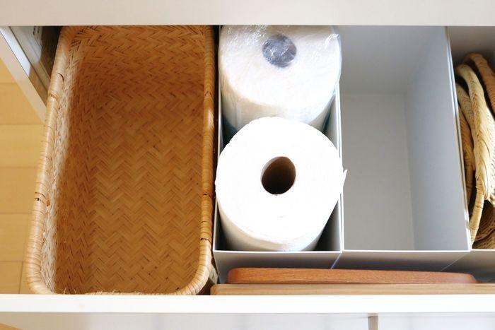 たとえばキッチンペーパーやサランラップ、アルミホイルや保存袋など。使用頻度の高い物を収納しておくことで、必要な時に必要な物をサッと取り出すことができて、作業の効率化につながります。また、収納スペースに余裕がある時は、写真のように空のボックスやかごを用意すると◎。細々した物を一時的に収納する場所を作ることで、いつもすっきり片付いた状態をキープしやすくなりますよ♪