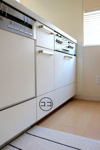 料理や洗い物で汚れやすいキッチンは、掃除グッズも使いやすい場所に置きたいですよね。引き出し下段のスペースを有効活用して、洗剤やクロスなどの定位置を作っておくと、お掃除の時にサッと取り出せてしまう時も楽ちんです。