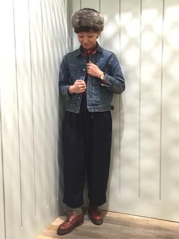 ワイドで短め丈のバルーンパンツは、上質な茶色の革靴と合わせ足元をポイントに。ファーの帽子も、ちょっぴりドレッシーなアクセントになっています。