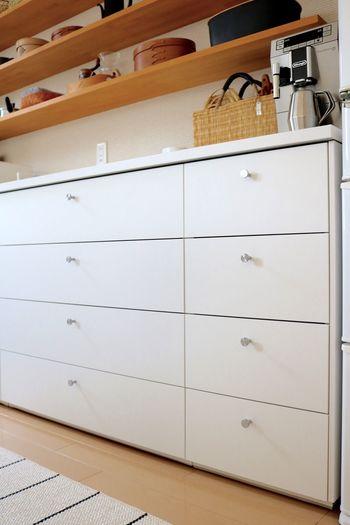 「Ducks Home」さんの食器棚は引き出しタイプ。40、90、80、60cm幅の4種類の引き出しを組み合わされています。