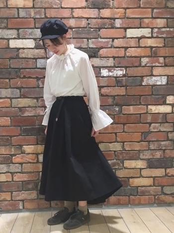 黒のロングスカートは、白のフリルブラウスに合わせてクラシカルフェミニンに。暖かい季節は、白Tシャツに合わせて、爽やかに楽しんでも◎