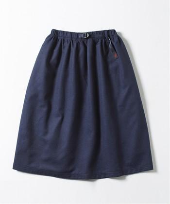 スカートも、ウエスト部分はパンツと同じ作りになっているので、カジュアルで穿き心地も抜群です。