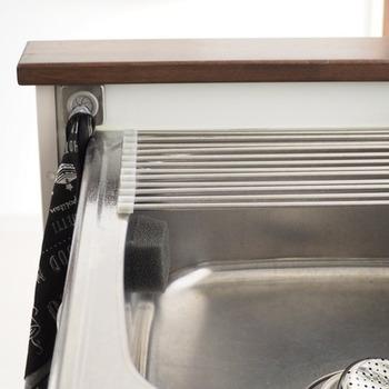 毎日の生活に欠かせない食器洗い用のスポンジ。意外とキッチンで目立つ存在なので、なるべく人目に触れない場所にしまいたいですよね?そんなスポンジの収納場所を考える際のお手本となるのが、Little Homeさんの素敵なアイディアです。Little Homeさんのキッチンでは、シンク手前側をスポンジの定位置にしているそうです。写真の左側がシンクの手前になりますが、内側にグレーのスポンジがあるのがわかりますか?