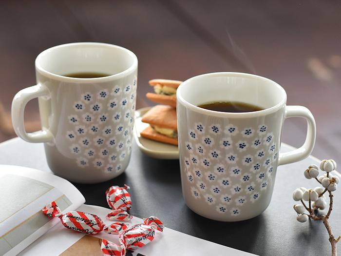 マリメッコの人気柄プケッティのマグカップ。たっぷり入る250mlサイズで、コーヒーや紅茶を注いで普段使いにぴったり。可愛いらしさと大人っぽさが同居したグレーベージュカラーも素敵。