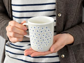 指が2本入る、取っ手の形も使いやすく実用的◎ころんと適度に丸みを帯びた形も愛らしいですね。