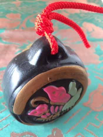宮島 平家物語(広島)・・・一面には平氏家紋である揚羽蝶の紋が入っています。色鮮やかで優美な土鈴です。