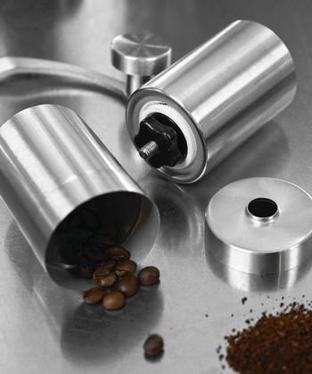 自宅用としてはもちろん、取っ手をはずせばコンパクトになるのでアウトドアでも使える手動コーヒーミル。お好みに合わせて、細挽きから粗挽きまで調整できる実力派!セラミックの刃で珈琲の風味をそこないません。1~2人分のコーヒー豆23グラムまで挽くことができます。