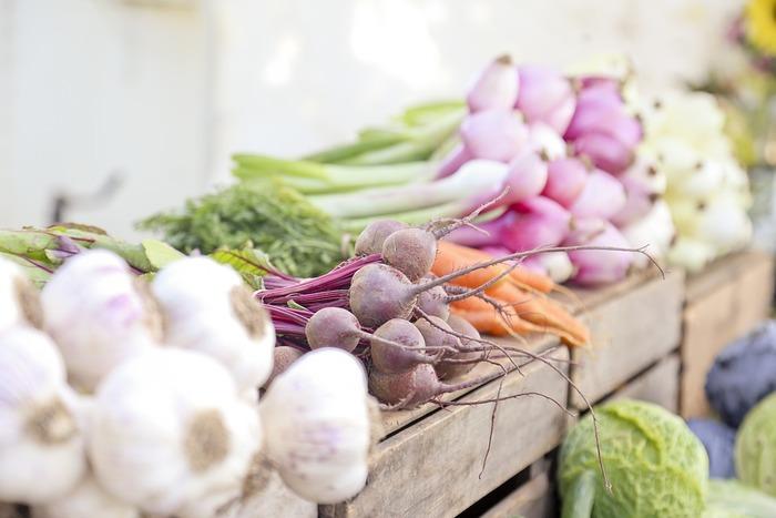 ファーマーズマーケットやネットショップなど、生産者さんから直接野菜を購入できる場が増えています。スーパーでも生産者からの直売コーナーも見かけることがありますよね。そんな直売の場では、はじめて名前を聞くような珍しい野菜に出会うことも。彩りや見た目も華やかで、料理に使ってみたいと思うものの、調理方法に迷うことも少なくありません。最近目にすることが多い「新しい野菜」とおすすめレシピをご紹介します。