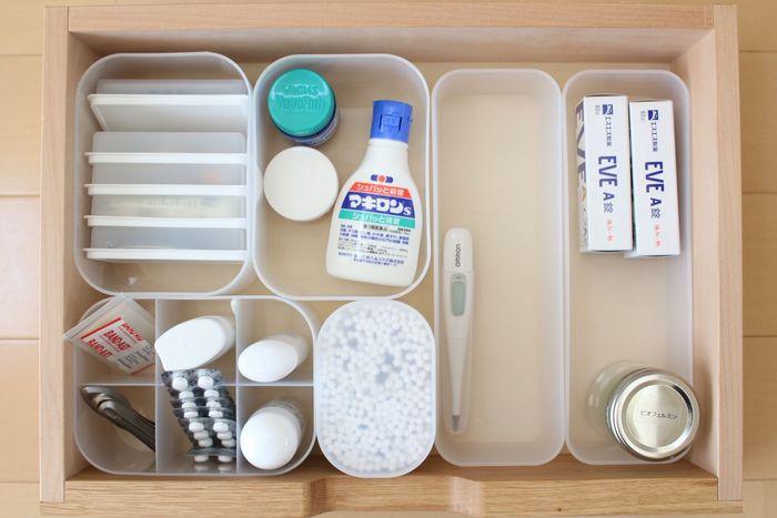 細々としたものは、仕切りボックスを使って小分け収納をするのがおすすめ。薬や絆創膏など、そのまま入れておくとごちゃごちゃしやすいものも、ひと目で分かるようになるので便利に使えます。