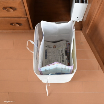 毎日読む新聞やチラシはどんどん溜まっていくもの。保管場所に困っている方も多いのでは。 写真のように、ボックスなどを利用して、古紙回収袋ごと収納すれば、保管から処分までを同じ場所ですることができて効率的なのでおすすめ。