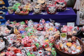 お土産屋さんの店先・・・様々な郷土玩具として、子供達に大人気だった土鈴は、今で言えばキャラクターものやマスコットのお人形といった感じ。
