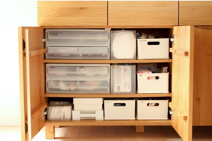 """""""シンデレラフィット""""といわれるピッタリとした収納ができたらとても素敵ですよね。キャビネットなどの収納家具は、100均や無印、ニトリなどのボックスを上手く使ってジャストフィットな収納を作ってあげることで、家具の収納力がグンとアップしますよ。"""