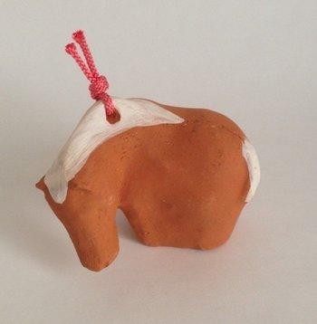 「午(うま)の土鈴」・・・赤土、化粧土による装飾の午の土鈴。草を食む馬のようにも見えますね!