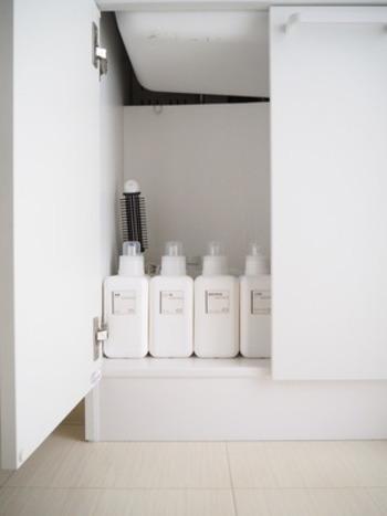 Little Homeさんのお家では、左のエリアは重曹・クエン酸・酸素系漂白剤などの洗剤類。右のエリアには日用品のストックを入れた引き出しや、入浴剤を入れたケースを置いています。物を出し入れしやすくするには、定位置を左・右に分けておくことも大事なポイント。洗面台下の収納を見直す際に、ぜひ参考にしてみてはいかがでしょう?