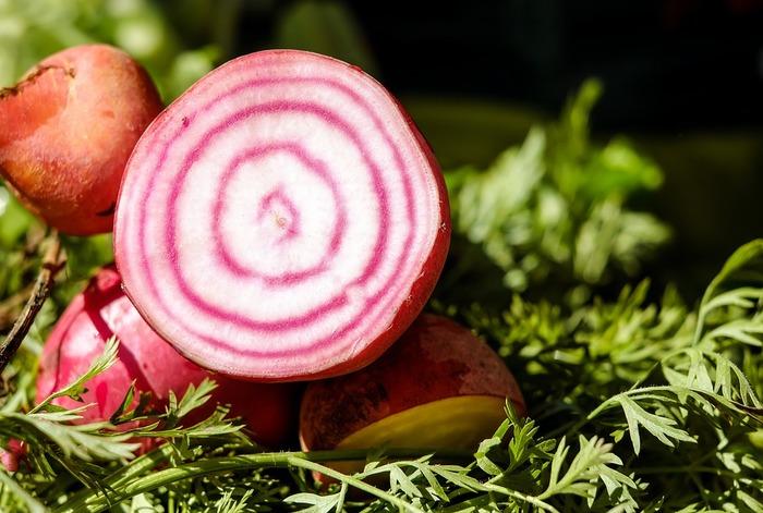 「食べる輸血」とも呼ばれるビーツ。ロシア料理のボルシチの赤い色の素にもなっている野菜で、鉄分やカリウム、ナトリウム、食物繊維など、体にうれしい栄養素がたくさん含まれています。果肉が濃い赤色のビーツが一般的ですが、赤と白の渦巻き模様がかわいらしい「渦巻きビーツ」という種類も。渦巻き模様を活かして、生のままサラダにしてもいいですよね。
