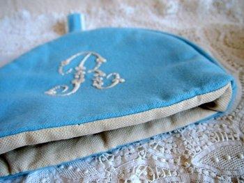 布の色合わせを考えるのも楽しいのですが、刺繍やステンシルでワンアクセントを入れたり、リボンや端切れで一工夫したりと思いつくまま自由に作ってみましょう。