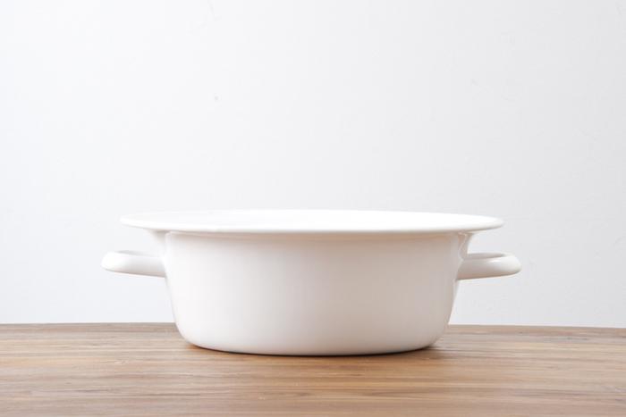 他にもがんこな汚れには、つけ置きも有効ですね。程よい大きさのたらいがひとつあると便利ですよ。 シンプルなデザインがおしゃれな野田琺瑯のたらいは、直火対応なので煮沸洗いにも使えるのがうれしいポイント。
