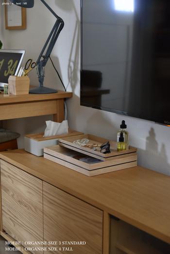 木製トレーは上下に重ねても、別々で使用することもできるので、用途やインテリアに合わせて自由な使い方が楽しめるのも魅力。上段の浅いタイプには時計やアクセサリー、めがねやオイルなど。下段の深いタイプには郵便物やDMなどを収納しているそうです。