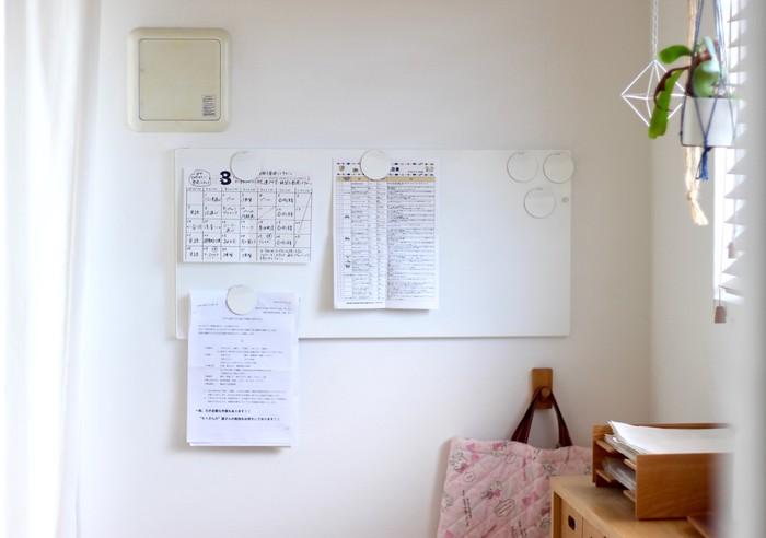 良品生活さんのお家では、IKEAのマグネットボードをリビングの一角に設置しています。こちらのようにプリント類の定位置を決めておくと、予定や提出物をチェックしやすくなりますね。プリントはすぐに増えてしまいますが、見やすいところに貼っておくことで、整理整頓もしやすくなりますよ♪