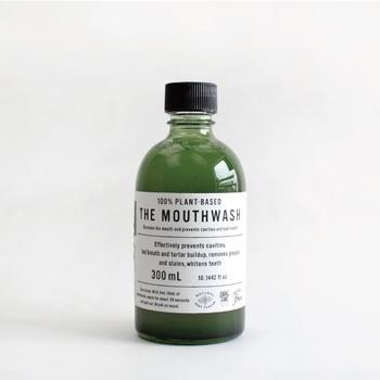 「THE(ザ)」のマウスウォッシュは、100%植物由来。ハッカ由来のメントール・スペアミントの精油が配合され、お口の中に自然な清涼感をもたらしてくれます。パッケージもスタイリッシュ。