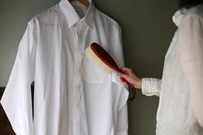 お洋服もこまめにお手入れしてあげることで、より長く愛用できるようになります。天然毛でできている「かなや刷子」の服ブラシで、毎日やさしくササッとブラッシングする習慣をつけてみては。気になる花粉も落とせますよ。
